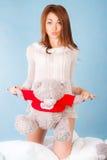 Jeune femme mignonne dans un lit avec un ours de nounours Photos stock