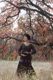 Jeune femme mignonne dansant des danses rituelles Photos stock
