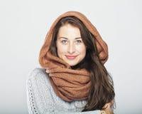 Jeune femme mignonne heureuse d'hiver Photos stock