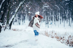 Jeune femme mignonne jouant avec la neige dans le manteau de fourrure dehors Photographie stock
