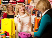 Jeune femme mignonne payant après achat de succesfull  Images stock