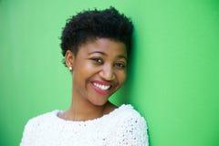 Jeune femme mignonne souriant sur le fond vert Photographie stock