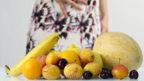 Jeune femme mince choisissant des fruits Consommation saine Perte de poids et concept suivant un régime 4K banque de vidéos