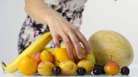 Jeune femme mince choisissant des fruits Consommation saine Perte de poids et concept suivant un régime 4K clips vidéos