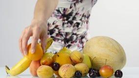 Jeune femme mince choisissant des fruits Consommation saine Perte de poids et concept suivant un régime Mouvement lent banque de vidéos