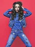 Jeune femme mince dans des jeans avec beaucoup de broches photos libres de droits