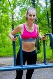 Jeune femme mince faisant la séance d'entraînement dans une base de formation Photos stock