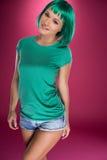 Jeune femme mince mignonne avec les cheveux verts Images stock