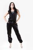 Jeune femme mince rectifiée dans des pantalons noirs photographie stock libre de droits