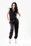 Jeune femme mince rectifiée dans des pantalons noirs image libre de droits
