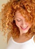 Jeune femme mélangé avec le cheveu bouclé Photo libre de droits