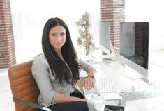 Jeune femme moderne d'affaires s'asseyant au bureau Photo stock