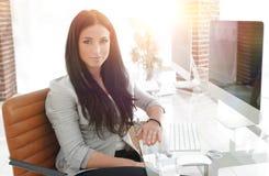 Jeune femme moderne d'affaires s'asseyant au bureau Photos libres de droits