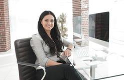 Jeune femme moderne d'affaires s'asseyant au bureau Image libre de droits