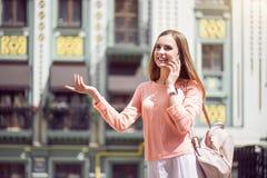 Jeune femme moderne dans une grande ville Images libres de droits