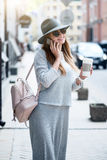 Jeune femme moderne dans une grande ville Images stock