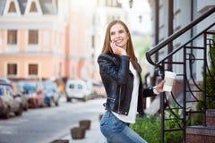 Jeune femme moderne dans une grande ville Photo libre de droits