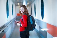 jeune femme montant à bord d'un aéronef Photos stock