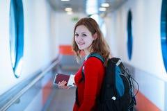 Jeune femme montant à bord d'un aéronef Photo libre de droits