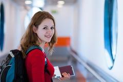 Jeune femme montant à bord d'un aéronef Image libre de droits