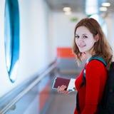 Jeune femme montant à bord d'un aéronef Photo stock