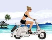 Jeune femme montant un scooter près d'une plage tropicale Photo libre de droits