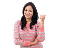 Jeune femme montrant l'espace de quelque chose ou de copie photo stock