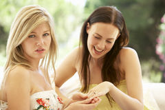 Jeune femme montrant la bague de fiançailles jalouse d'ami Photo stock