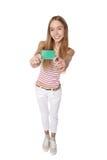 Jeune femme montrant la carte de crédit en blanc Sourire heureux multi-ethni Photo stock