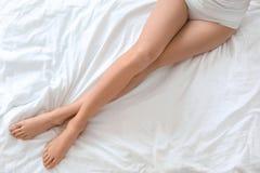 Jeune femme montrant la peau soyeuse lisse image stock