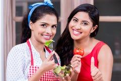 Jeune femme montrant le pouce pour les légumes frais Photographie stock libre de droits