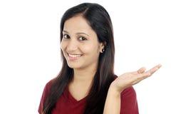Jeune femme montrant sa paume  Photographie stock libre de droits