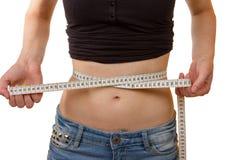 Jeune femme montrant son corps d'ajustement Photos stock