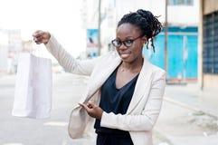Jeune femme montrant son panier Images stock