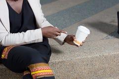 Jeune femme montrant un bol de café Photos stock