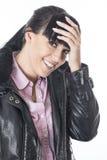 Jeune femme mortifiée gênée souriant avec sa main sur le sourire de front Images libres de droits