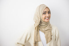 Jeune femme musulmane asiatique dans le sourire principal d'écharpe image stock