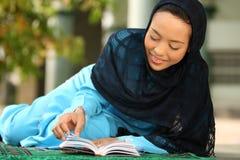 Jeune femme musulmane heureuse Photographie stock libre de droits