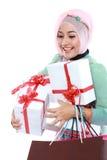 Jeune femme musulmane heureuse avec le panier et les boîte-cadeau Image libre de droits