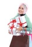 Jeune femme musulmane heureuse avec le sac à provisions et les boîte-cadeau Image libre de droits