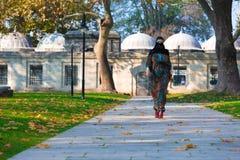 Jeune femme musulmane marchant en parc Image stock