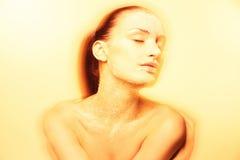 Jeune femme mystique avec le maquillage d'or créatif Photo libre de droits