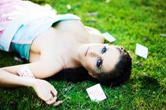 Jeune femme mystérieuse avec des cartes dans l'herbe Images libres de droits