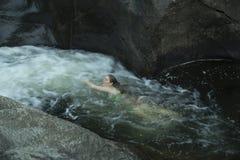 Jeune femme nageant en amont, contre le courant, Sugar River, nouveau Image libre de droits