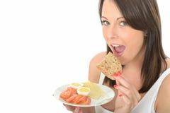 Jeune femme naturelle heureuse en bonne santé mangeant un plat de petit déjeuner norvégien de style Photos stock