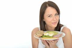Jeune femme naturelle heureuse en bonne santé tenant un plat de petit déjeuner norvégien de style Photos stock