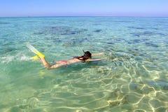 Jeune femme naviguant au schnorchel en mer Photos libres de droits