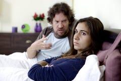 Jeune femme ne voulant pas écouter mari fâché images stock