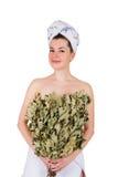 Jeune femme nue en serviette avec le balai de chêne Photographie stock