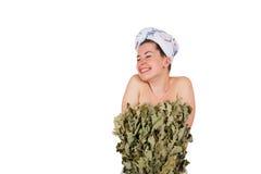 Jeune femme nue en serviette avec le balai de chêne Images libres de droits